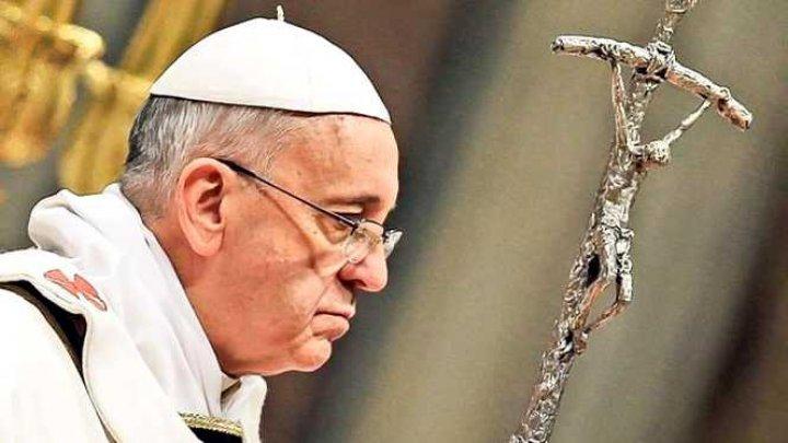 Motivul pentru care Papa Francisc NU A PERMIS oamenilor să-i sărute mâna. Explicaţia Vaticanului