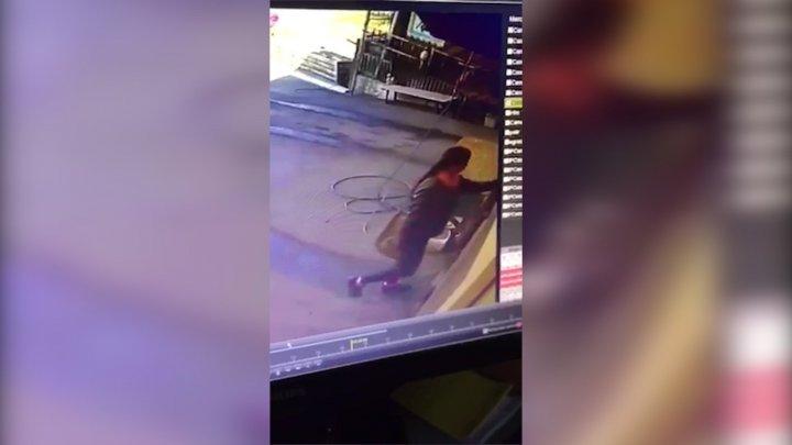 A fost identificată femeia care a furat o tricicletă din cartierul Posta Veche al Capitalei. Ce le-a spus poliţiştilor