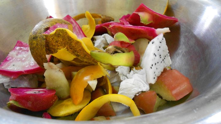 Cum să reutilizezi resturile alimentare în loc să le arunci la gunoi (VIDEO)