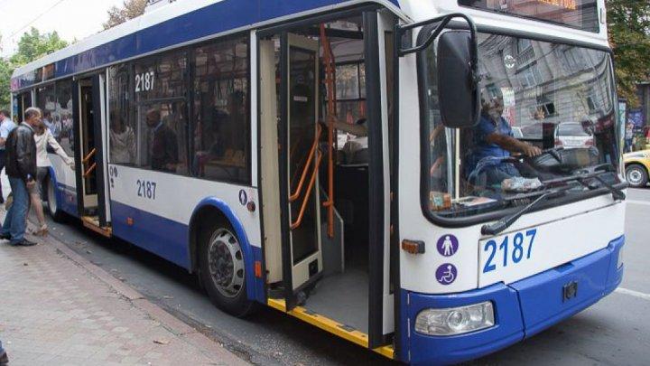 În Noaptea Învierii, programul transportului public din Capitală va fi prelungit. De Blajini, oamenii vor merge la cimitir GRATUIT