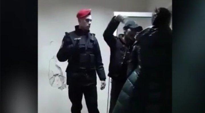 Doi romi agresivi s-au dat în spectacol pe o stradă din Capitală. Scandalul a urmat şi la Inspectorat