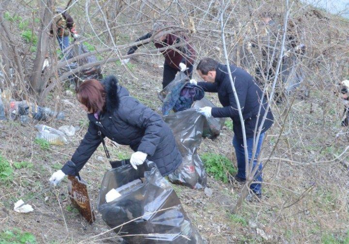 6.000 de saci cu gunoi, adunaţi în cadrul campaniei de salubrizarea, organizată în albiile râurilor din Capitală