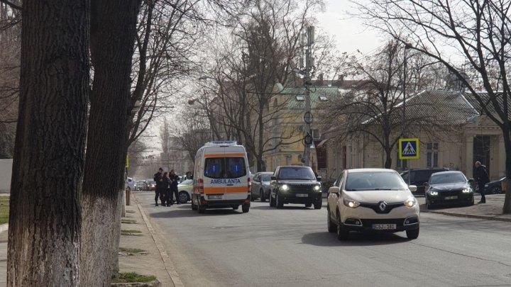 O femeie, LOVITĂ de o maşină pe o trecere de pietoni, în centrul Capitalei. Poliţia, ambulanţa, la faţa locului