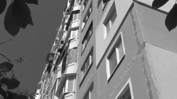 Gest disperat. Un bărbat a căzut de la etajul 13 dintr-un bloc din Capitală