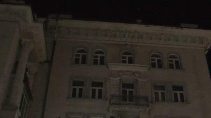 Un tânăr a încercat să ameninţe că se aruncă din nou de pe acoperişul unei clădiri din centrul Capitalei