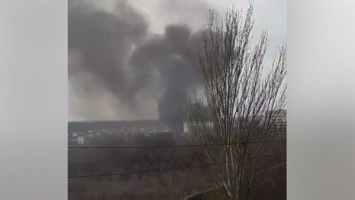 Incendiu puternic: FUM DENS şi NEGRU în apropiere de orăşelul Codru (VIDEO/FOTO)