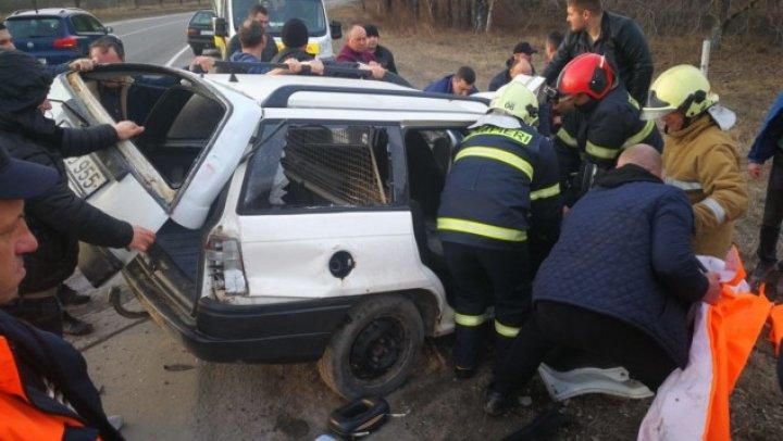 ACCIDENT GRAV în raionul Râșcani. Pentru descarcerarea victimelor a fost nevoie de intervenția salvatorilor (FOTO)