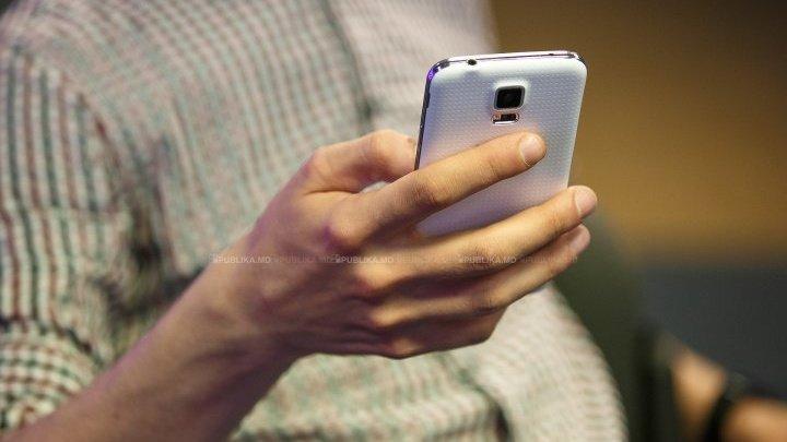 ATENȚIE! Ce pedeapsă riscați dacă vă uitați în telefonul persoanei iubite