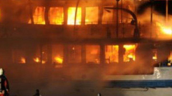 LA UN PAS DE TRAGEDIE! 27 de persoane salvate de la bordul unei nave italiene, cuprinsă de flăcări în Franța