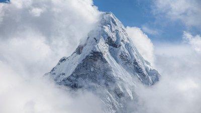 Un nepalez a stabilit un nou record mondial în alpinism. Bărbatul a urcat pentru a 24-a oară pe Everest