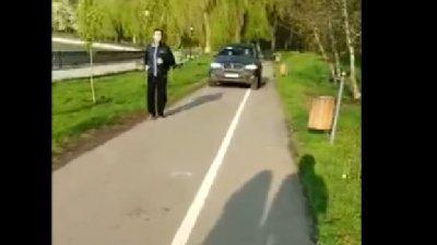 Imagini revoltătoare. Un şofer din Capitală, surprins cum merge cu maşina pe pista de alergat a unui parc
