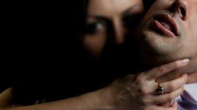 UN BĂRBAT, VIOLAT DE TREI FEMEI. Ce au făcut acestea cu lichidul său seminal