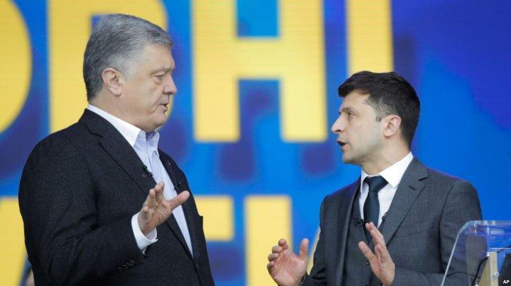 DEZBATERI pentru UCRAINA. În premieră, Petro Poroşenko şi Vladimir Zelenski s-au întâlnit faţă în faţă (VIDEO)