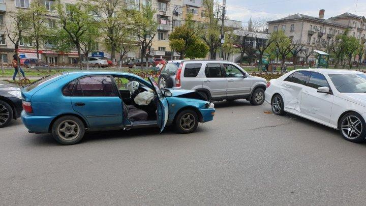 ACCIDENT GRAV în centrul Capitalei. Două mașini și un troleibuz, implicate (FOTO)