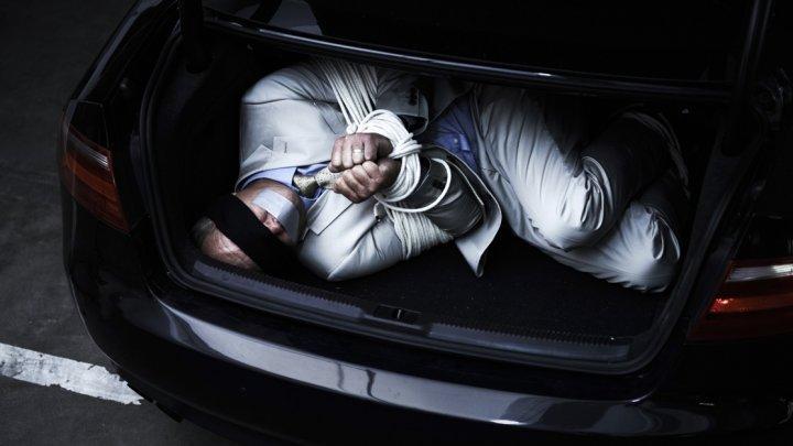 Un român a fost prins cu DOI PRIZONIERI LEGAŢI în maşină. Acesta a vrut să scape de poliţişti intr-un mod VIOLENT