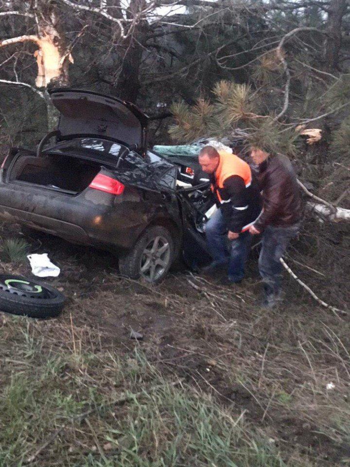 Raliu TRAGIC în apropiere de Drochia. Un tânăr a murit şi încă două fete au ajuns la spital cu fracturi grave (FOTO)