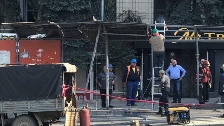 Au început lucrările de REPARAŢIE a staţiei de aşteptare în care a intrat UN TROLEIBUZ din Capitală în această după-amiază (FOTO)