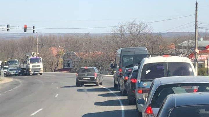 Un șofer îndrăzneț o face pe deșteptul în trafic şi a pus viaţa mai multor persoane în pericol (FOTO)