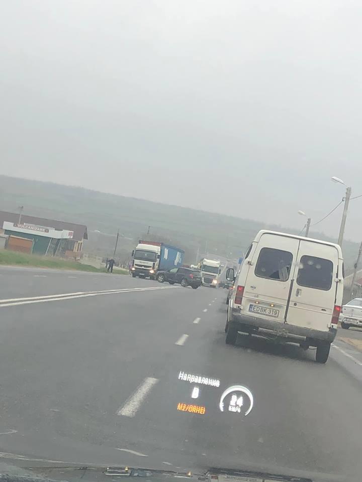 Accident violent în satul Peresecina. Trei maşini au fost avariate (FOTO/VIDEO)