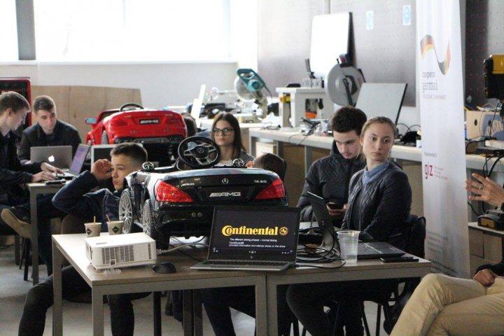 AUTOMOBILE CONTROLATE CU TELEFONUL. Tinerii noştri ingineri s-au întrecut în crearea maşinilor autonome (VIDEO)