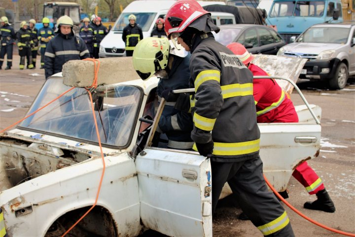 Pompierii în ALERTĂ la Bălți. Au simulat stingerea unui incendiu izbucnit la un transformator electric
