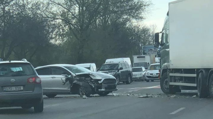ACCIDENT RUTIER ÎN CAPITALĂ. Un camion Volvo s-a ciocnit cu un automobil Ford (FOTO)
