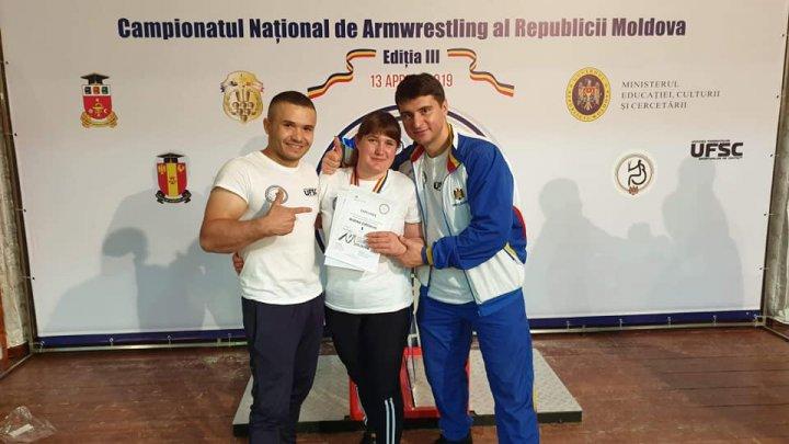 Curajoasă, puternică și ambițioasă! O tânără polițistă a devenit campioană națională la Armwrestling