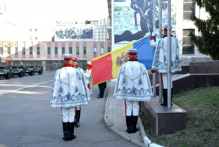 Militarii Armatei Naţionale au onorat Drapelul Republicii Moldova la Ministerul Apărării (FOTO)