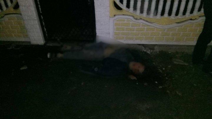 Descoperire MACABRĂ pe o stradă din Soroca. Un tânăr a fost lovit de o maşină şi lăsat pe margine de drum (FOTO cu puternic impact emoţional)