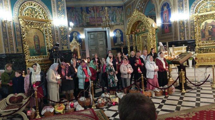 HRISTOS A ÎNVIAT. Sute de credincioși au ales să petreacă Noaptea Învierii la Mănăstirea Curchi