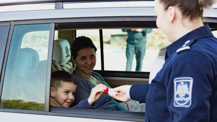 Gestul emoţionant al Poliţiei de Frontieră în ajun de Paşti: Au dăruit copiilor DULCIURI în punctele de trecere (FOTO)