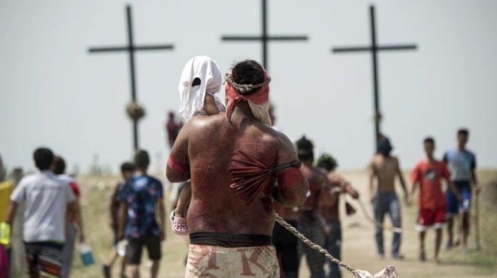 RITUAL DE CRUCIFICARE ÎN FILIPINE. Cinci catolici au fost RĂSTIGNIŢI