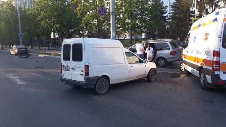 Accident în Centrul Capitalei. Ce s-a întâmplat după ce un şofer a IGNORAT semnalul ROŞU al semaforului (FOTO, VIDEO)