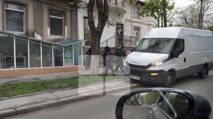 IMAGINI EXCLUSIVE. Vlad Filat, văzut în această dimineață pe străzile Capitalei
