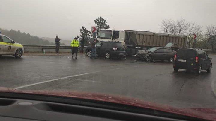 ACCIDENT GRAV pe şoseaua Chișinău-Hînceşti, cu implicarea a trei vehicule. Poliţia, la faţa locului (FOTO)