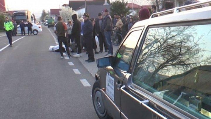 ACCIDENT TERIBIL. O bătrână din România a fost SPULBERATĂ de o maşină în timp ce traversa strada