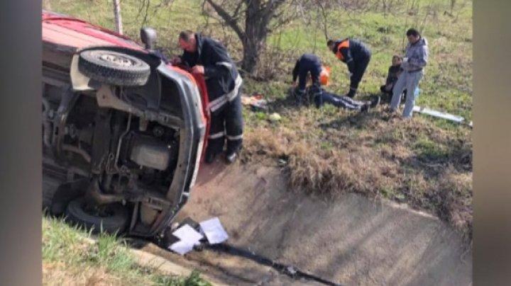 ACCIDENT GRAV pe şoseaua Chişinău-Hânceşti. Un microbuz a ajuns într-un şanţ. Victimele, ajutate de o echipă de descarcerare (VIDEO)