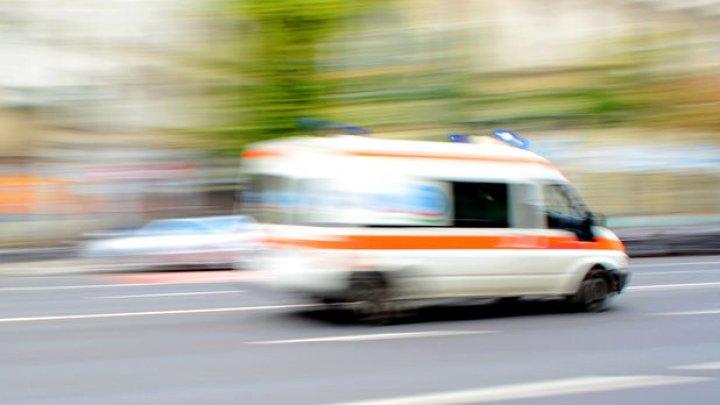 Viaţa unui pacient salvată, după ce ambulanţa care îl transporta la spital a trecut printr-o groapă din asfalt. Ce spun medicii