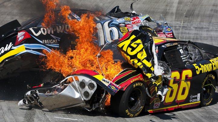 Lanţ de accidente în Nascar. Pilotul Aric Almirola a fost nevoit să abandoneze cursa