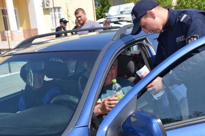(FOTO) Şoferii care au revenit în ţară de sărbători, ÎNTÂMPINAŢI cu câte o cafea. Care a fost SCOPUL ofiţerilor INP