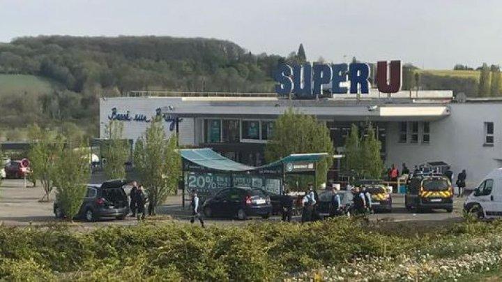 Alertă într-un supermarket din Franţa: Mai multe persoane au fost luate ostatice de către un individ înarmat