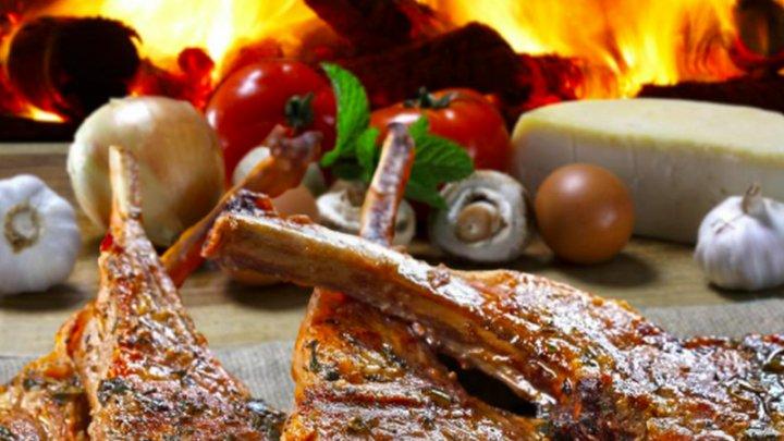 Delicatesă a mesei de Paşte. Cum se marinează perfect carnea de miel
