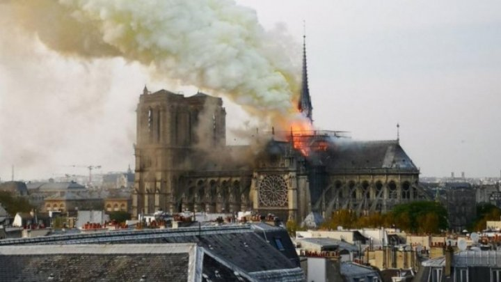 Fleșa catedralei Notre Dame din Paris s-a prăbușit. DETALII DESPRE INCENDIU (FOTO/VIDEO)