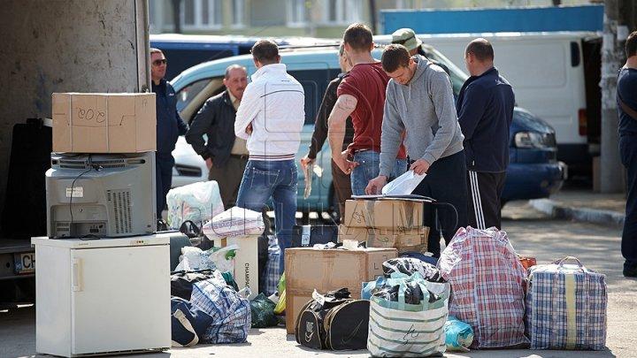 Vin, carne sau murături pentru sărbătorile de iarnă. Moldovenii din străinătate primesc pachete cu bunătăţi de la rudele din ţară
