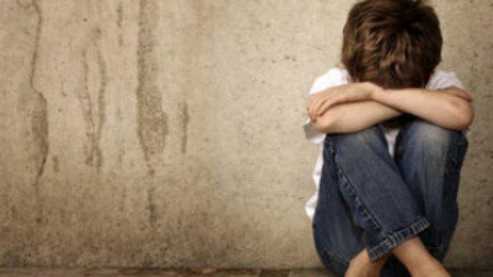 Un copil de 10 ani a fost abuzat sexual de către un coleg. Scenele au fost filmate şi postate pe o platformă online