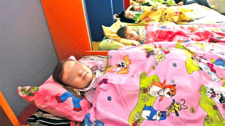 O educatoare le-a dat copiilor MAI MULTE medicamente pentru ca aceştia să ADOARMĂ