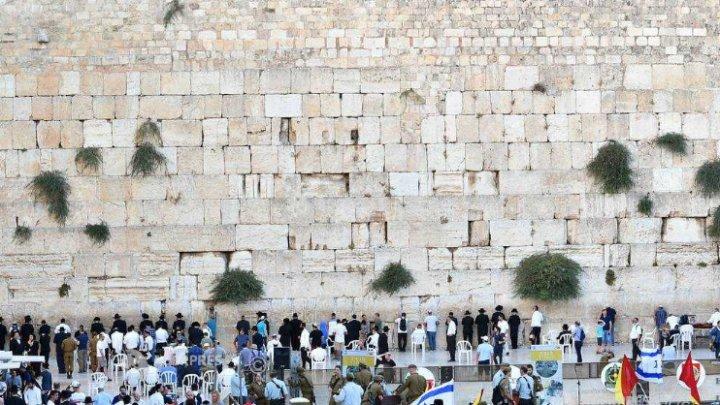 Zidul plângerii din Ierusalim, curăţat de miile de mesaje depuse în crăpături