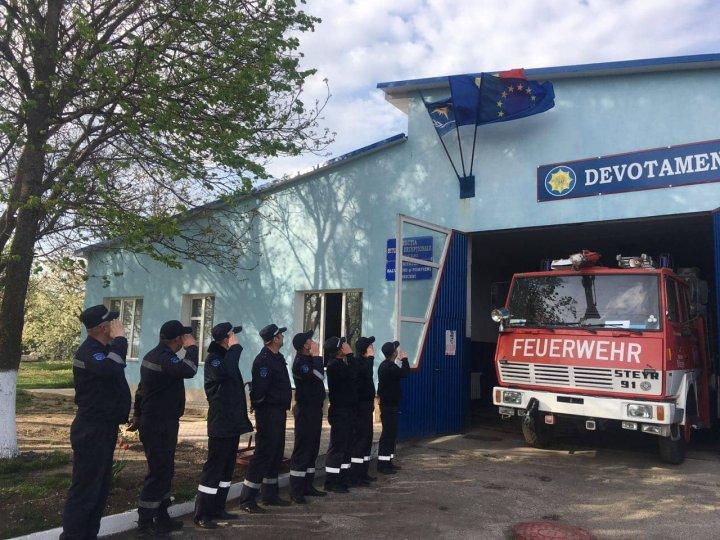 Salvatorii şi pompierii au onorat Drapelul de Stat (VIDEO/FOTO)