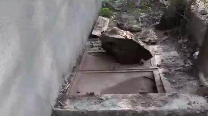 Copil de 3 ani, decedat în fosa septică a unei şcoli din Iaşi, România. Mărturiile părinţilor