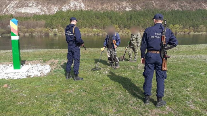 Poliţiştii au reţinut doi indivizi cu detectoare de metale în zona de frontieră. Bărbaţii riscă ÎNCHISOARE